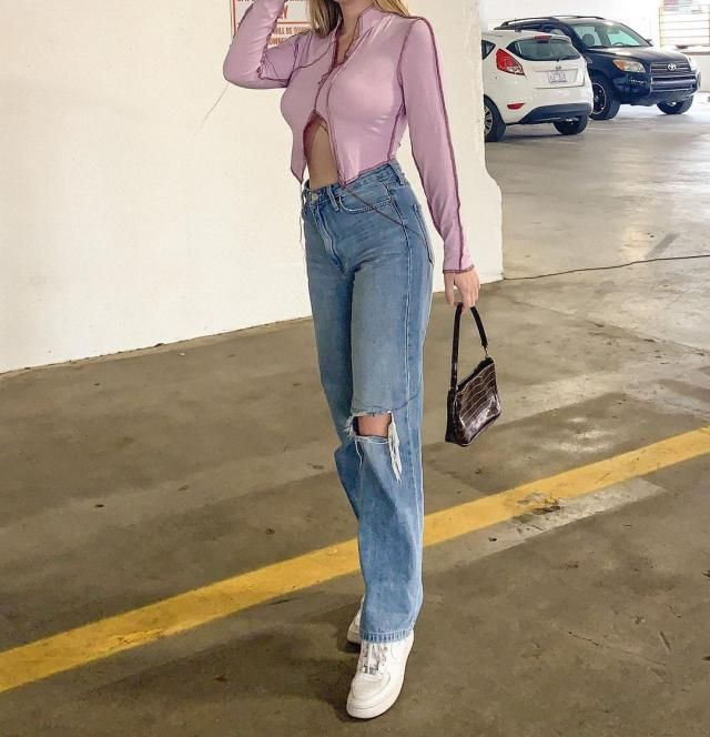 IM A STREET STYLE LOVER! and this top give me all the vibes! get this ZAFUL Ribbed Topstitching Slit V Neck Crop T Shir…