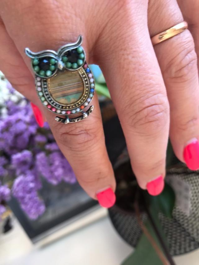 Este anel é lindo e super prático porque molda-se ao tamanho do dedo!Adoro usá-lo no Verão porque combina muito bem co…