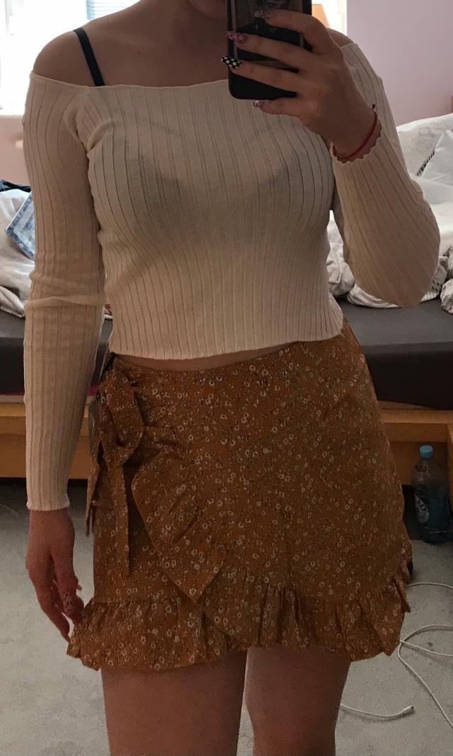 Super belle blouse , elle a bonne qualité mais est un peu transparente  Va avec tout Je recommande définitivement