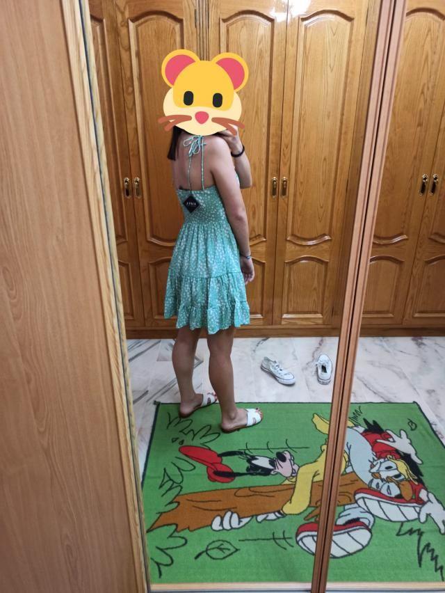 ¡El vestido es precioso! Mido 1,61 cm y una 90B de sujetador, elegí la talla M y me queda perfecta. La tela del vestid…