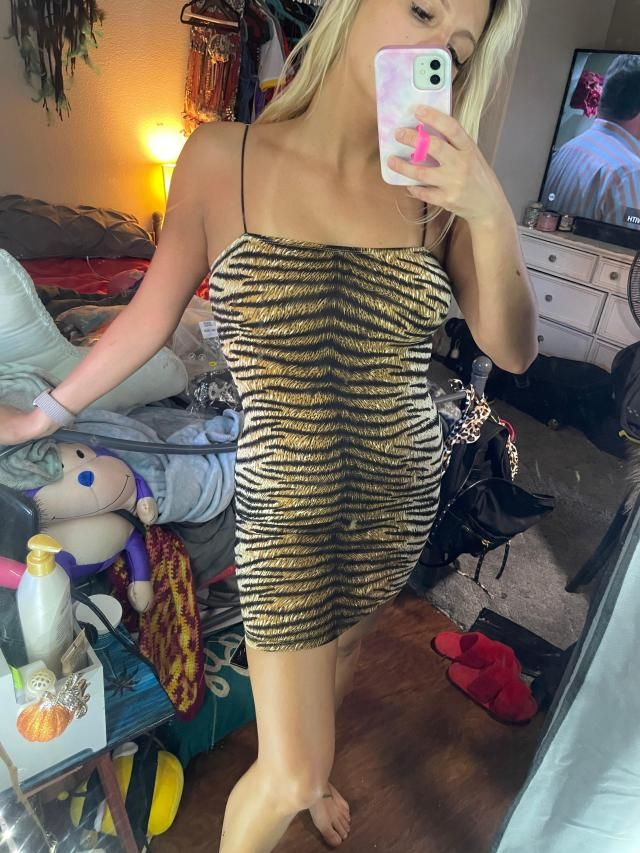 I am 127 lbs, 5'2, 34C and ordered a medium.  Looks exaclty like the pictures. Somewhat tighter than other items I hav…