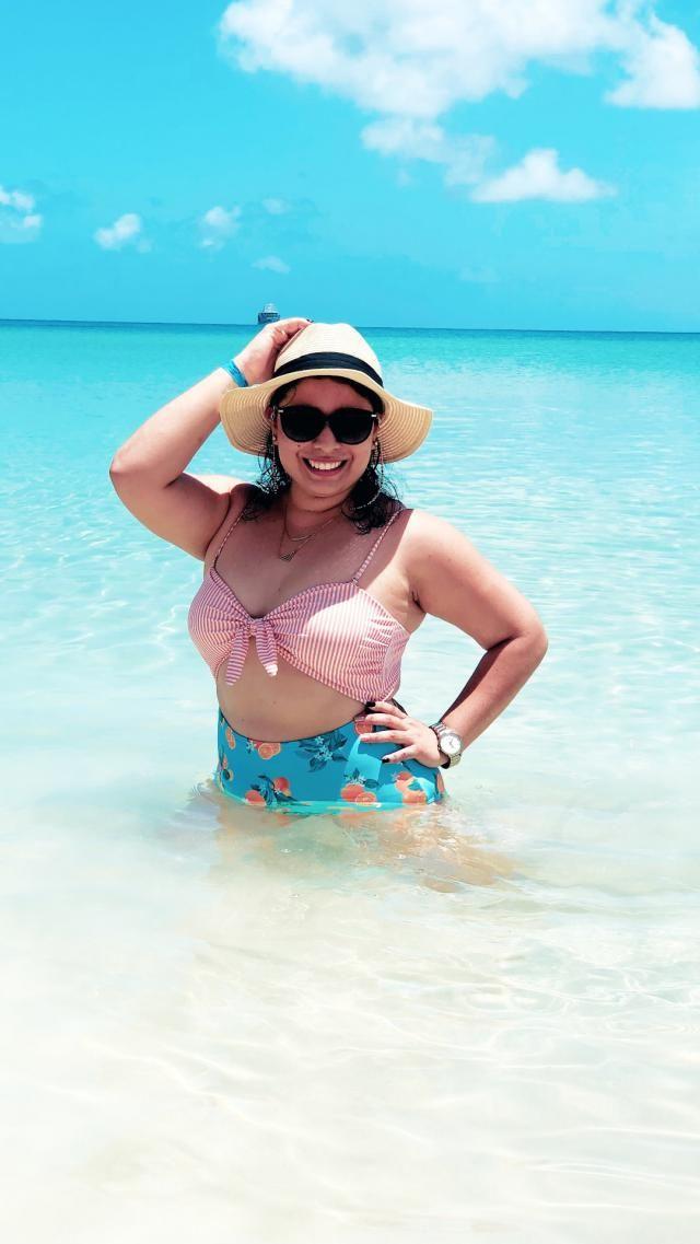 Se queda bien, fiel al tamaño, súper lindo  Cómodo y de material fantástico Se queda bien  Me gusta mucho este bikini.…