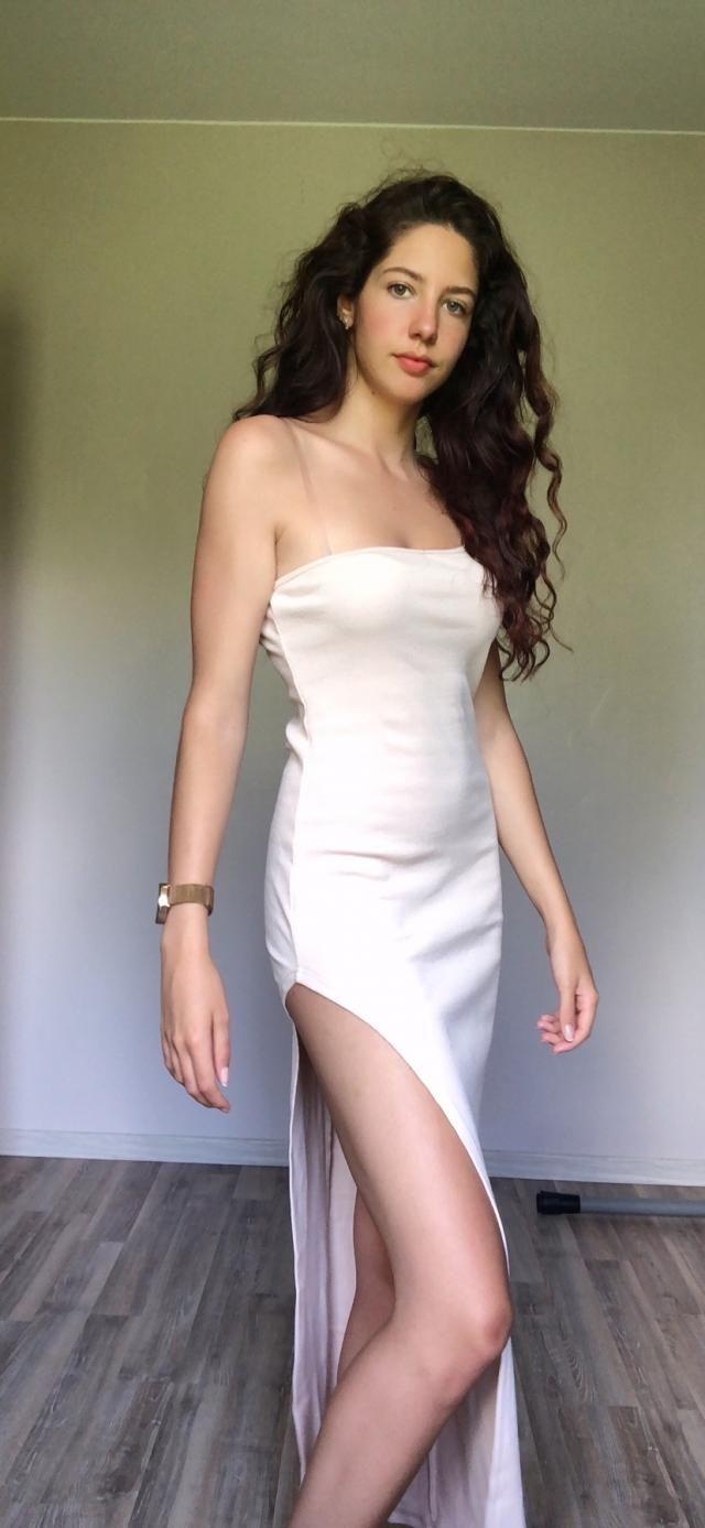 Je suis amoureuse 🤩, le blanc est plutôt couleur crème, et l'ouverture à la jambe est très haute donc très révélateur …