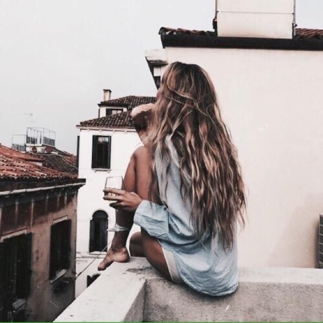 Isnt it perfect chillen on the roof with the grey dress?