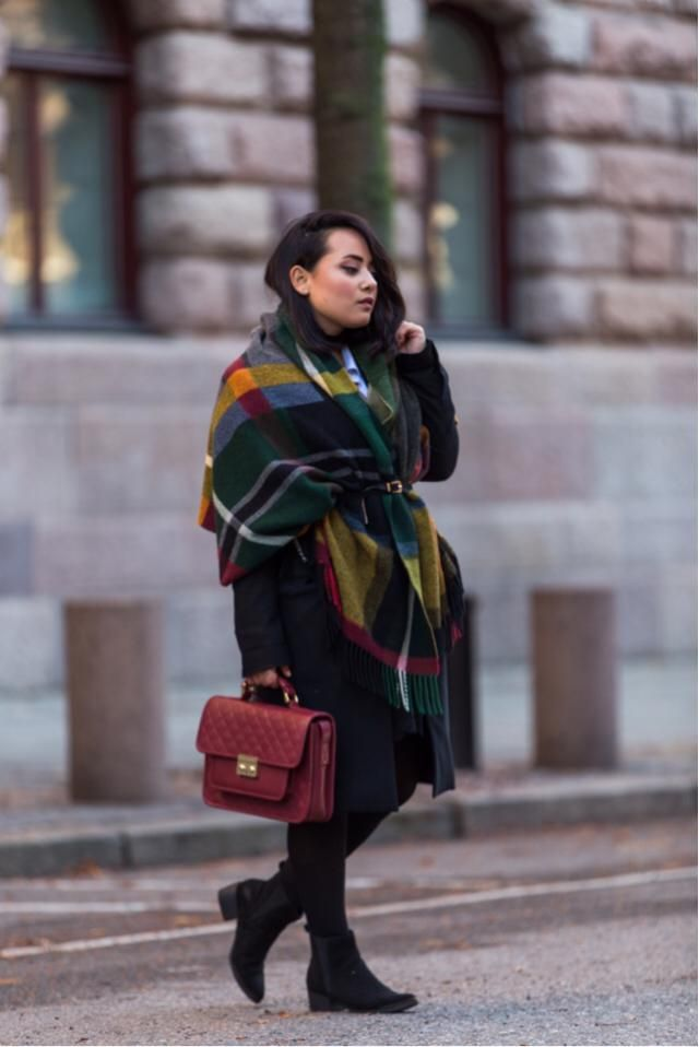 Put some colors into your black outfits with a scarf and a colorful bag ;)