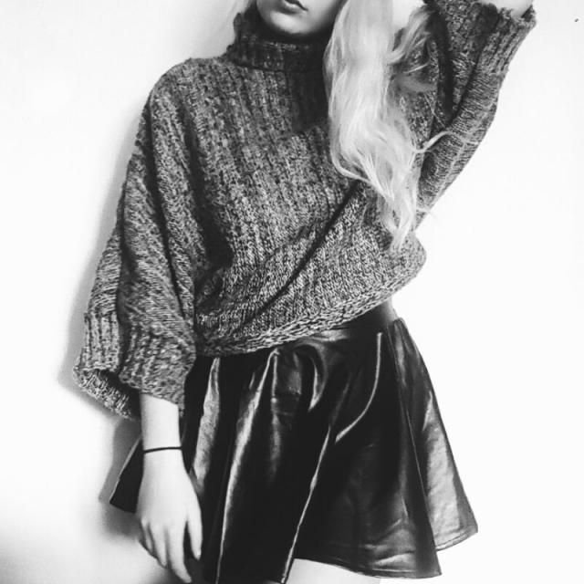 Oversized sweatshirts and leather skirts are LOVE ♡