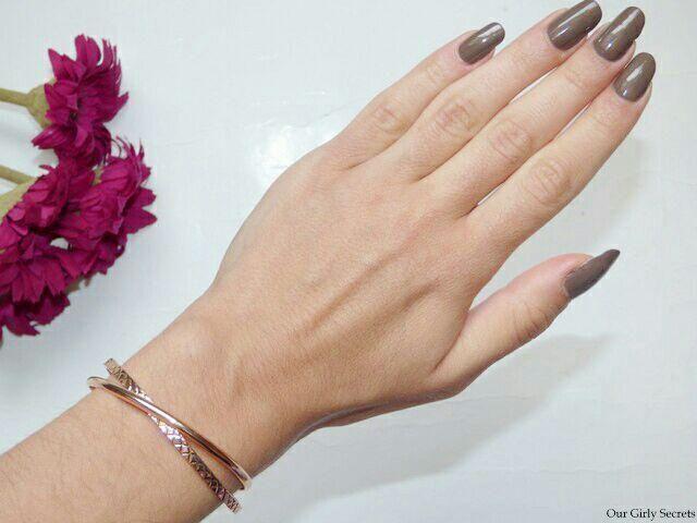 bracelet jonc double en rose gold qui est vraiment de très bonne qualité lui aussi. Je le porte depuis pas mal de temps…