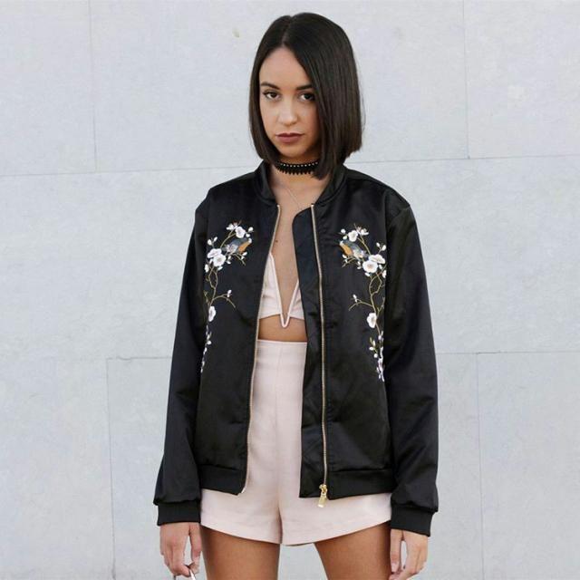jaqueta preta com detalhes em floral