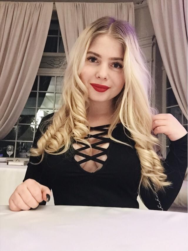 Pretty hairstyle ,sexy black dress ,red lips - combo for V-day ❤️