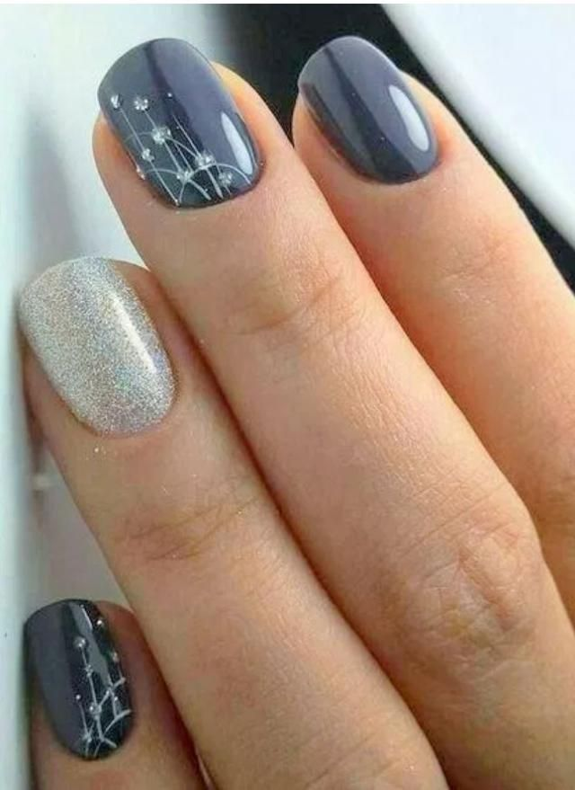 A fresh manicure is always a good point in your total look!