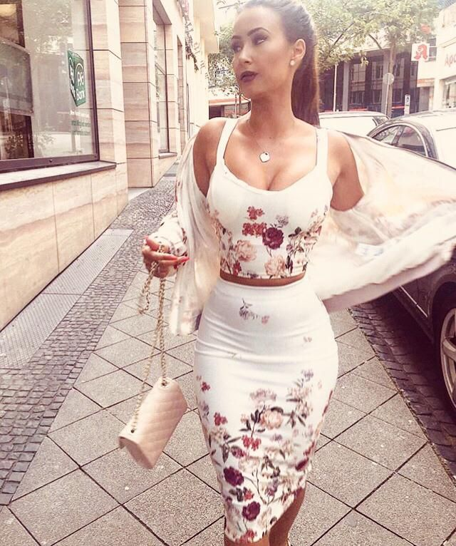 Beautiful floral outfit. This combo is gorgeous