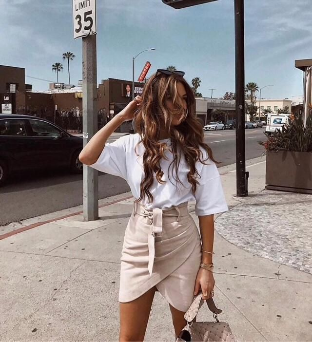 The fashion blogger of the moment, Negin Mirsalehi have a beautiful style! You can also get her beige skirt here❤️❤️❤…
