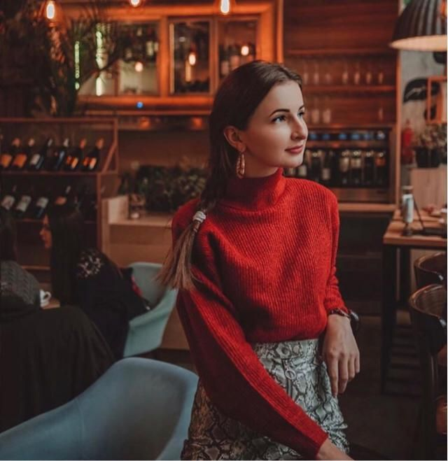 Christmas is about red colour, so this red sweater really match the Christmas theme