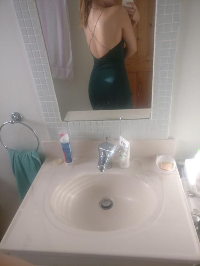 Absolutely love, flattering green bodycon midi dress with an open back. So perfect for a night out. Thin material but f…
