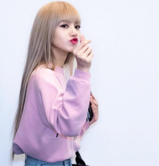 Cute pink sweatshirt! I love Lisa's style and it's very easy to get the look, you can find a similar pink sweater he…