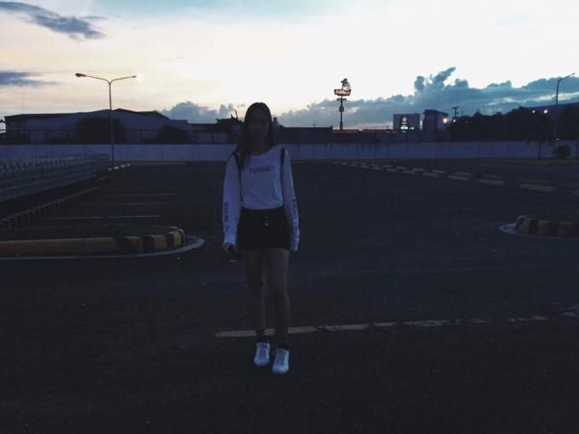 Casual outfit: white sweater, black high waisted shorts, stripes ankle socks and white sneakers.