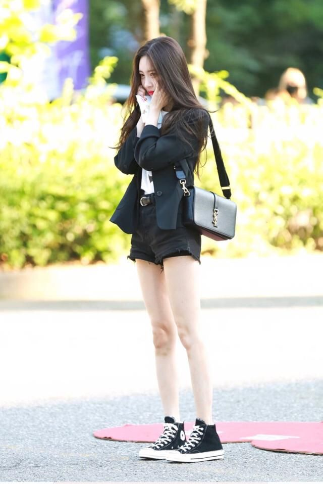 """I really like Sunmi's dress style, we can see her trick of wearing """"one highlight item"""" over what could have been a b…"""