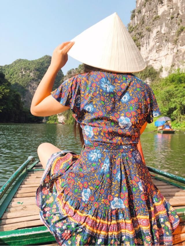 Beautiful dress to wear on a boat day exploring caves and nature! Love the floral print on this dress. Has big and…