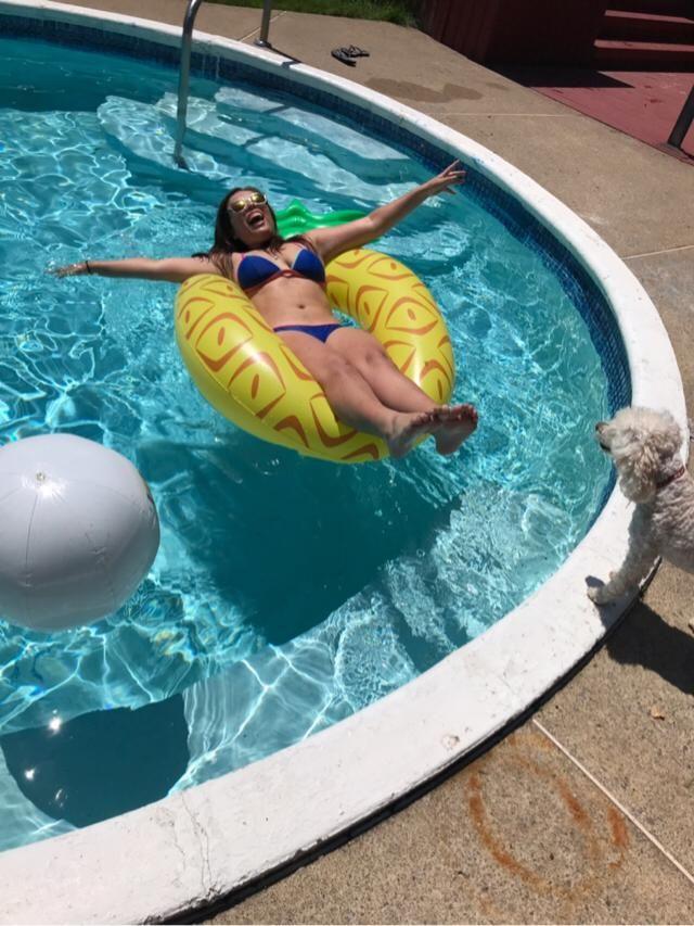 Pool, pineapple floaty & my doggo= the good life ☺️