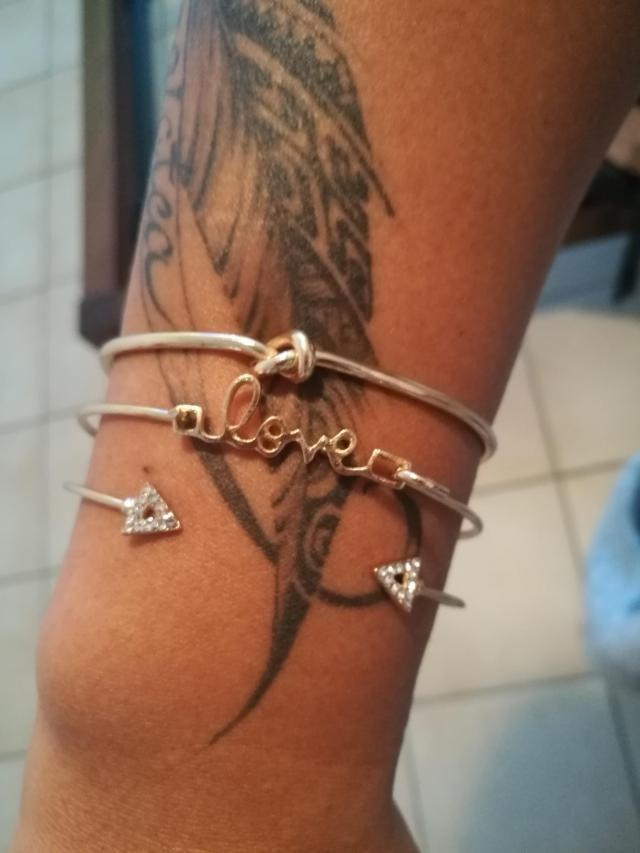 Pour le prix que cela ma coûté je le trouve très bien... Parfait avec mon tatouage.Merci.