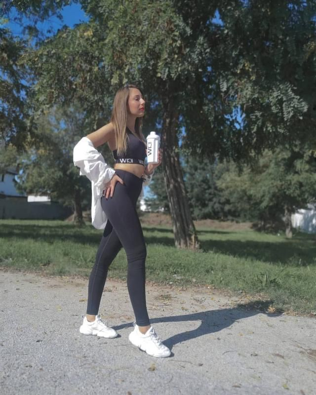 Comfortable and cute sporty look. I love it.