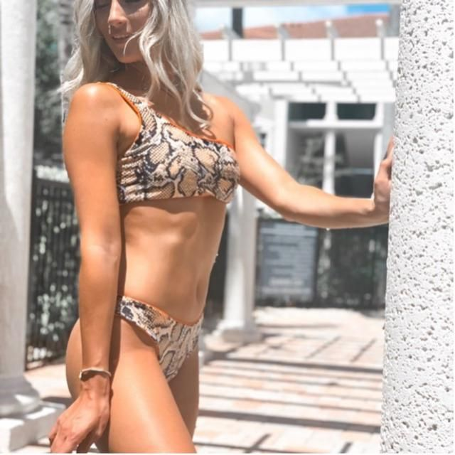 Fun day at the pool in Florida! Rocking my snake print bikini with orange trim! Have a black floppy hat as well