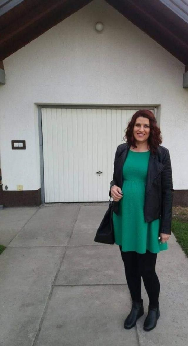 Style for pregnant woman, green short dress, short leather boots and big bag, leather jacket.
