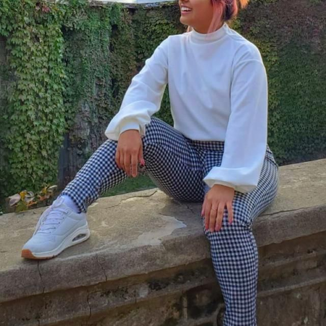 An outfit 100% from ZAFUL. A white pullover sweatshirt with plaid high waisted leggings and both so warm to wear! Hones…