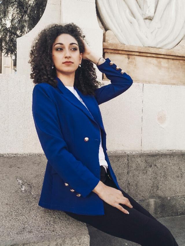 il blu è il mio colore preferito. vi piace il mio blazer?