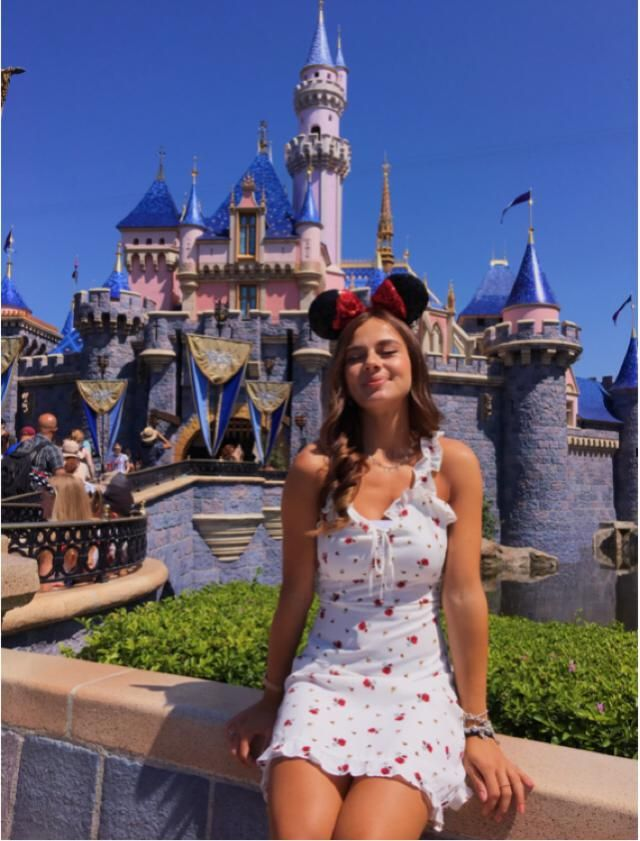 I wore this white roses dress for a special occasion: visiting the princesses' castle. I paired it with those cute Min…