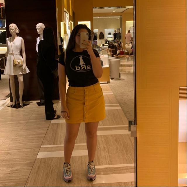 Saia laranja/ amarelada, camiseta cropped.
