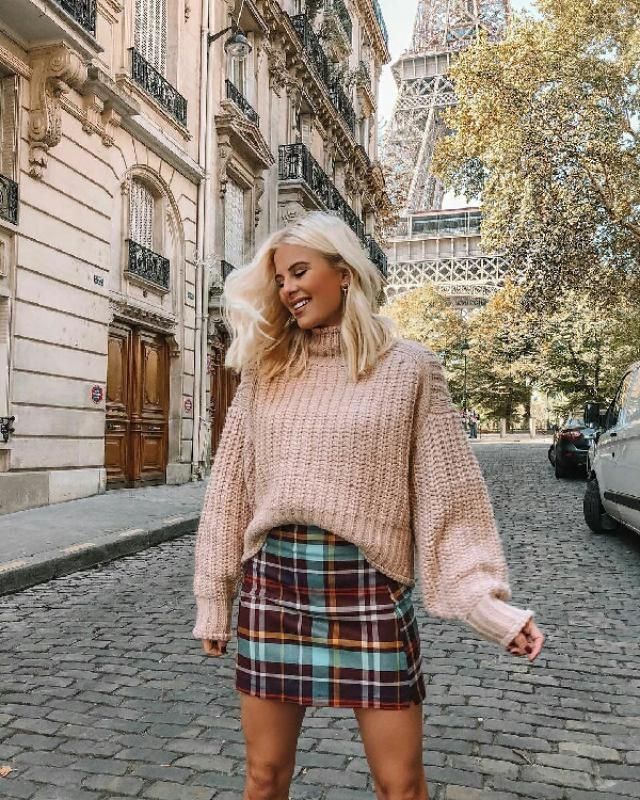 chic and perfect pink sweater abd plaid skirt for everyday wear