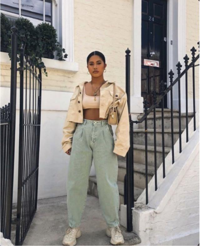 Pantalon de jogging et petit haut. Veste en jean oversize.