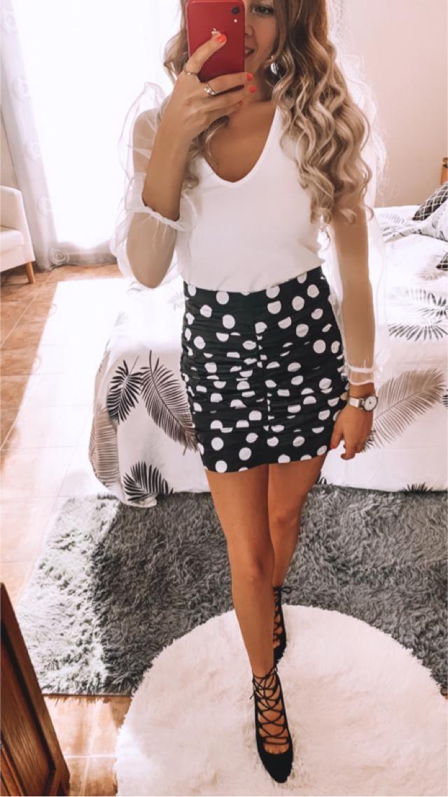 Las faldas drapeadas y las blusas con mangas de gasa, que buena combinación! Es muy fácil combinar el negro y …