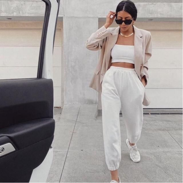 This look is hot, I don't know why the sweatpants with the classy blazer look stunning