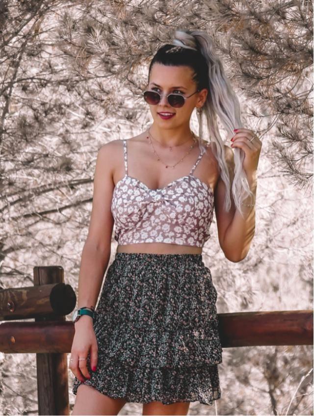 Precioso este top con florecitas blancas. Lo puedes combinar tanto con falda como con pantalon. Es ideal para pr…