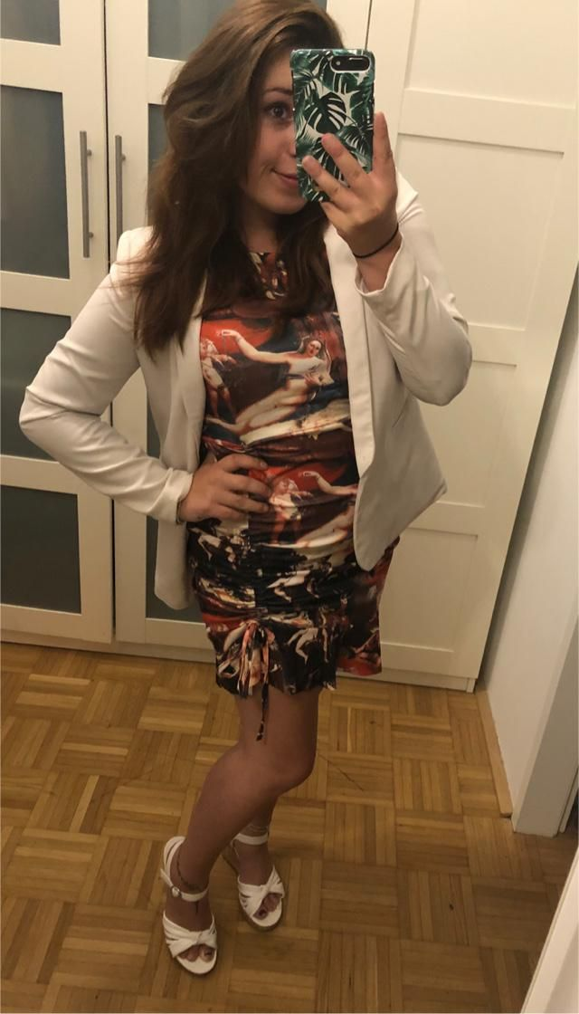 I really like this dress and the Renessance-Print! 🔥💕 And you can change the length! 😍  I combi…