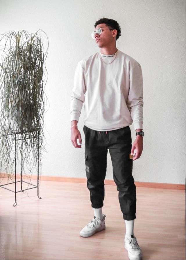 A minimal Streetwear look with these stunning cargo pants!!! ⚡️💦