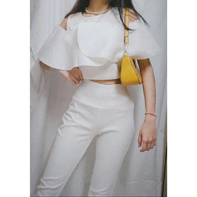 All white outfit always looks classy and sassy. But a pop of color in an accessory doesn't hurt anybody.